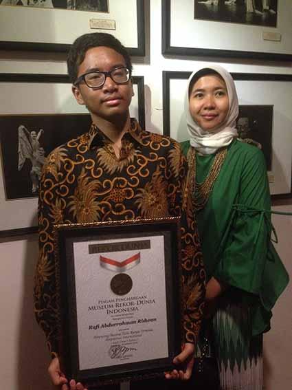 Rafi desainer tuna rungu dan ibunya