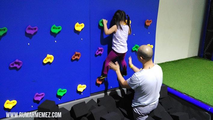 wall climbing at amped trampolin