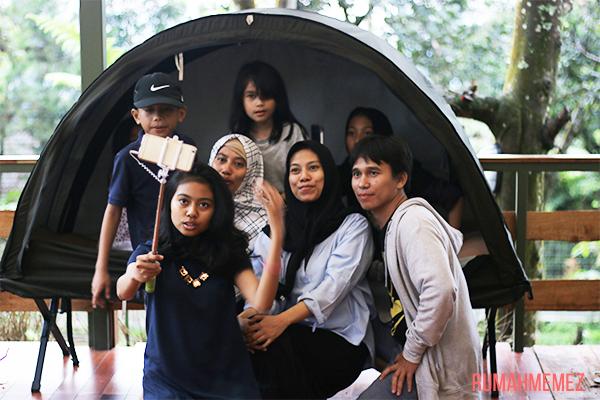 family-photo-taken-with-tongsis